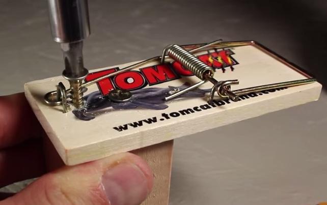 Cách làm súng đồ chơi từ chiếc bẫy chuột