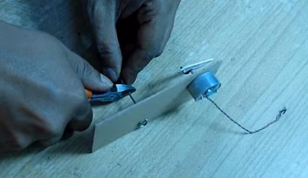Cách làm thuyền đồ chơi gắn động cơ quạt nước