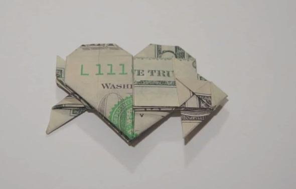 Cách xếp trái tim có mũi tên xuyên qua bằng tờ đôla