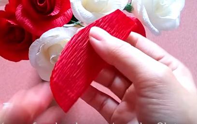 3 cách làm bông hồng bằng giấy nhún