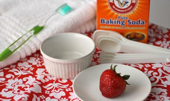 Làm trắng móng tay với dâu tây và baking soda