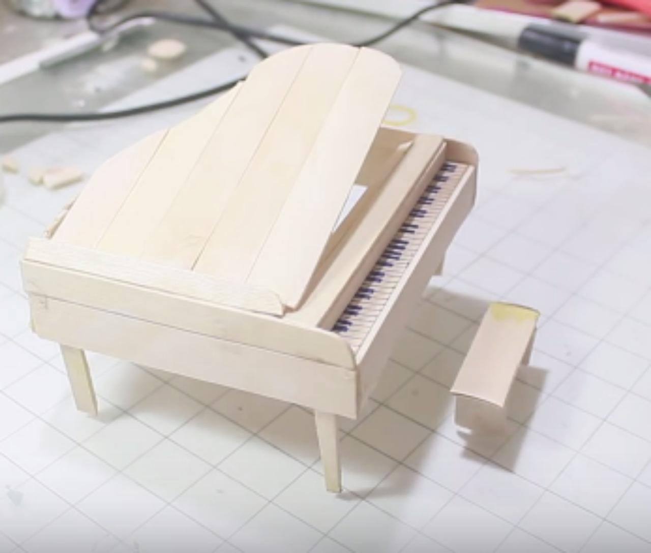 Cách làm đàn piano bằng que đè lưỡi