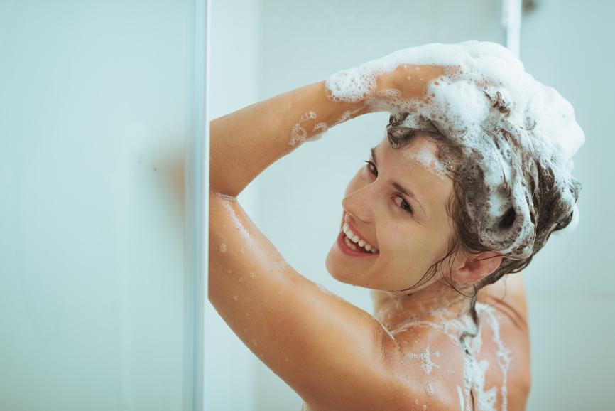 Chọn loại dầu gội và dầu xả giàu chất dưỡng ẩm cho tóc uốn