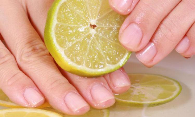 Tẩy sơn móng tay bằng chanh tươi