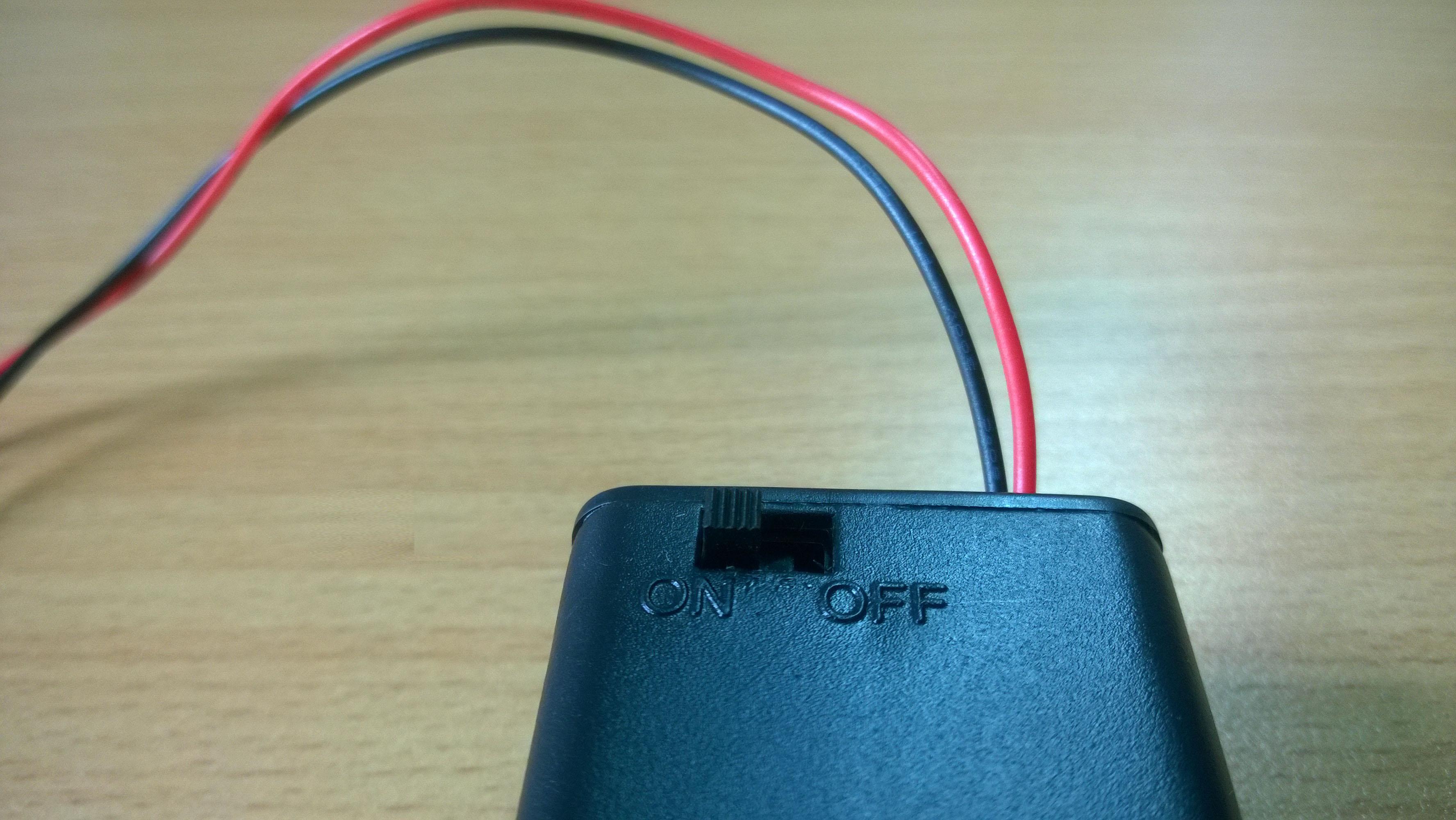 Công tắc bật-tắt tích hợp trên hộp pin