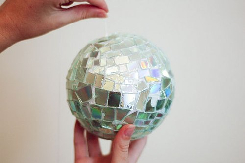 Cách làm đồ trang trí bằng đĩa CD và keo nến