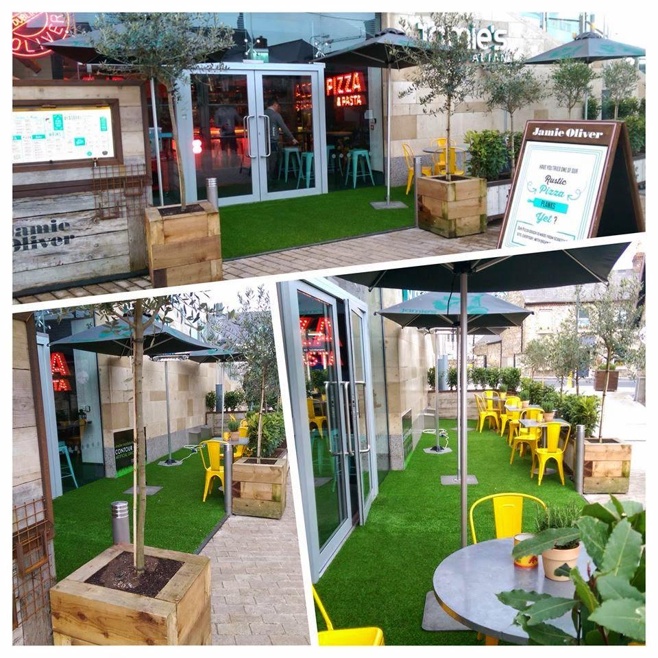 Thiết kế quán café đẹp bằng cỏ nhân tạo