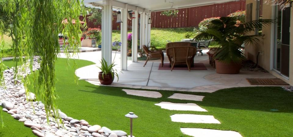 Trang trí lối đi bằng thảm cỏ nhân tạo đẹp mê mẩn