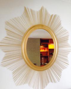 Cách trang trí gương treo tường bằng tăm tre vô cùng đẹp mắt