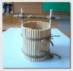 Cách làm gầu múc nước bằng tăm tre đẹp mắt