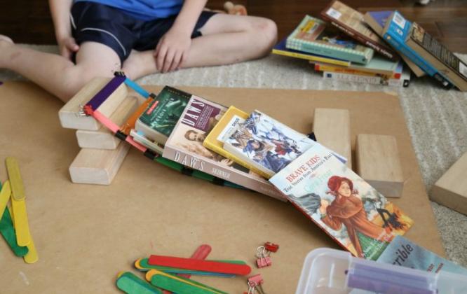 Cùng bé chơi trò chơi với kẹp gỗ và que kem