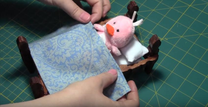 Cách làm chiếc giường bằng kẹp gỗ và que kem