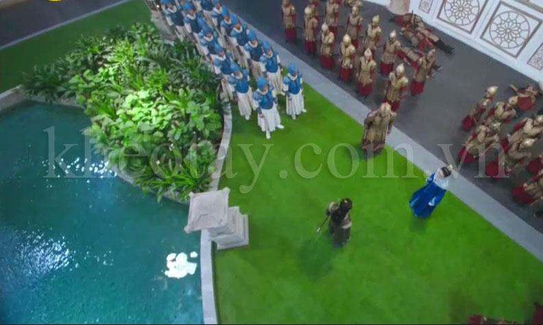 Thảm cỏ nhân tạo được dùng trong cung điện phim cổ trang - Góc máy trên cao