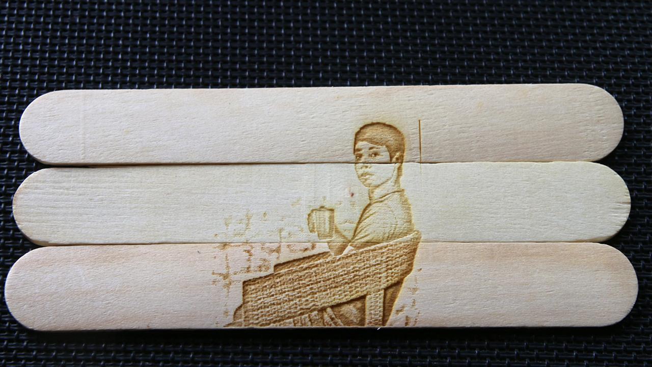 Khắc chân dung trên que kem gỗ