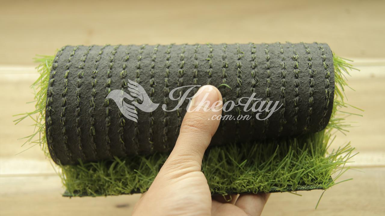 Thảm cỏ đế nhựa dẻo rất sạch sẽ khi cầm trên tay
