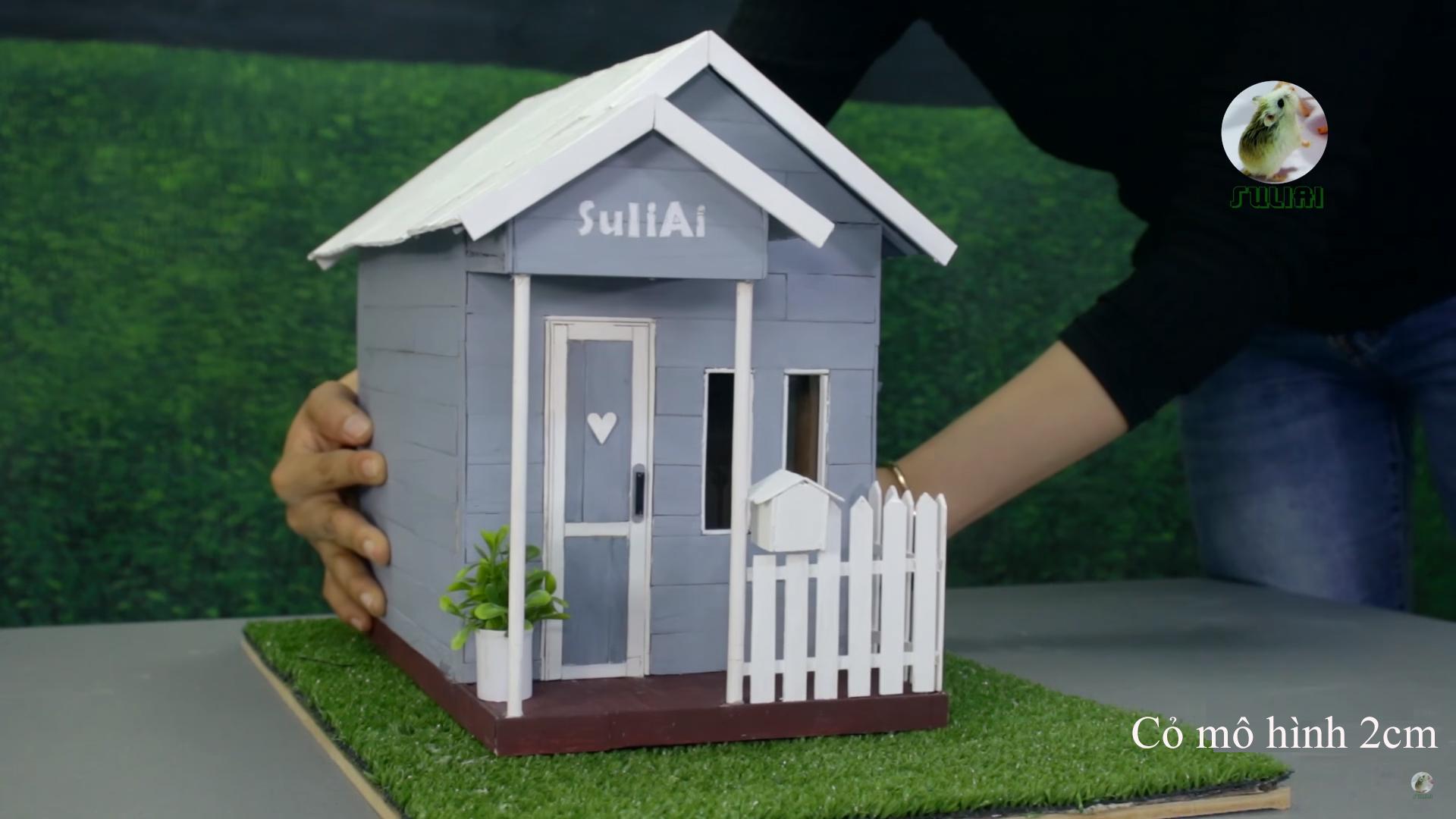 Đặt thử mẫu mô hình lên cỏ 2cm