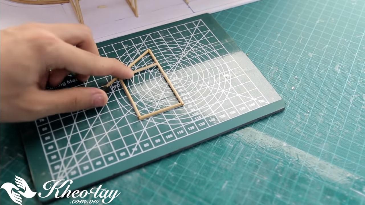 Mỗi một ô vuông nhỏ trong bảng tương đương 1cm, bạn có thể tự hình dung kích thước của khung này